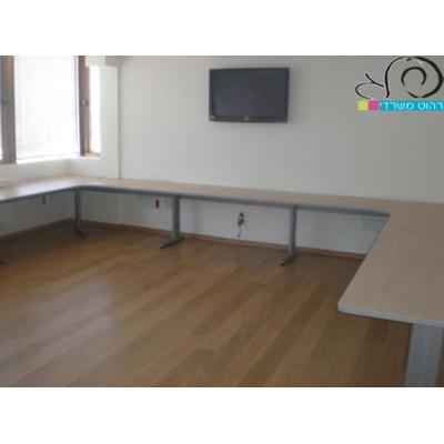 שולחן היקפי בבית השקעות
